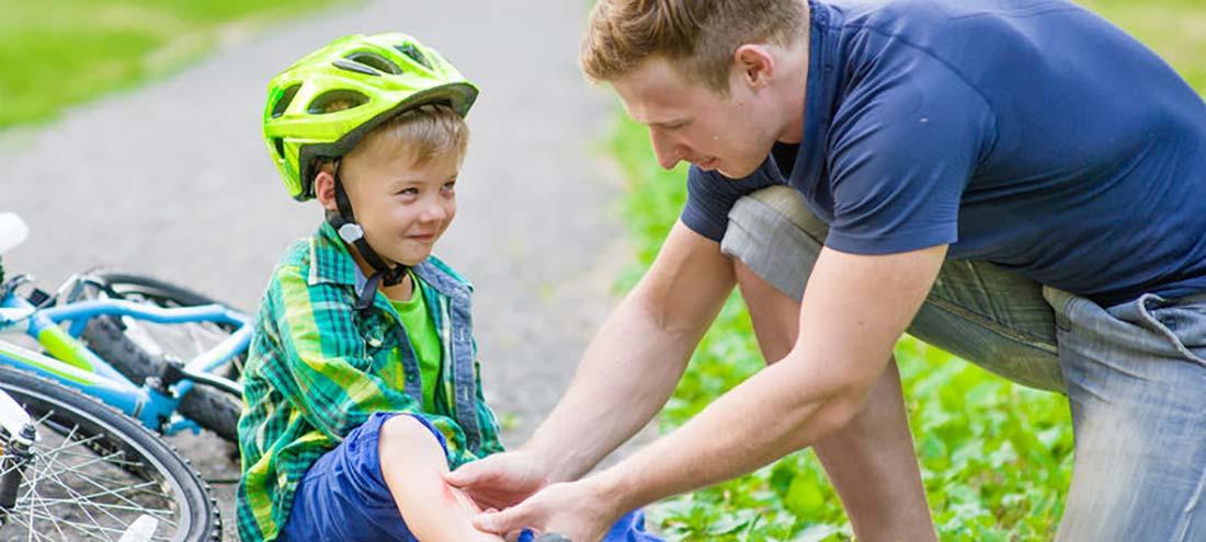 EHBO cursus een man helpt een kind