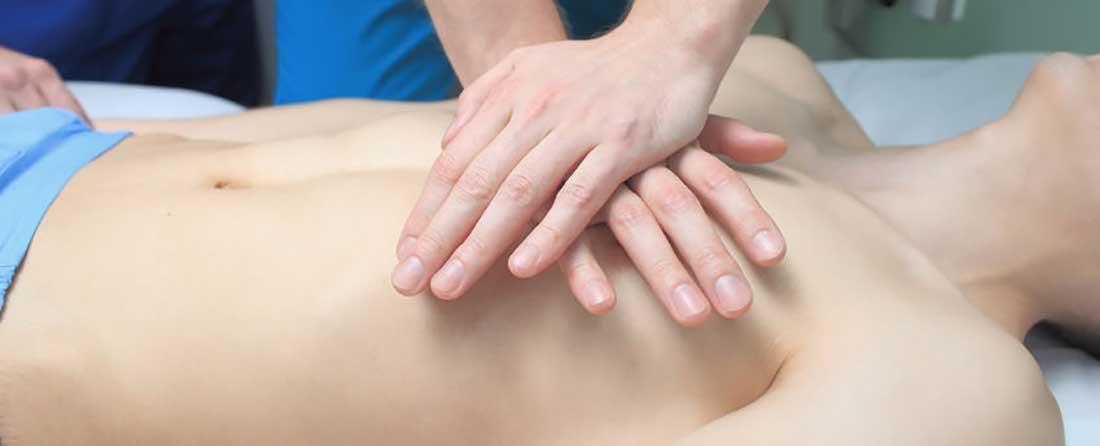 Reanimatie cursus - oefenen op een reanimatie pop